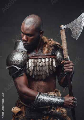 Fotografia Evil manly warrior wearing royal antique armor and wielding an axe