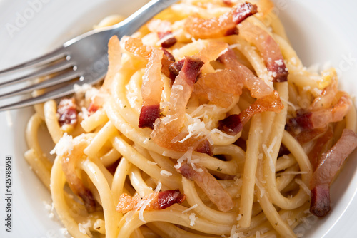 Tela Piatto di deliziosi bucatini alla carbonara, Cucina Italiana