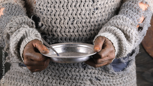 Canvastavla dirty hands with empty plate