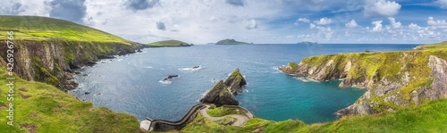 Canvas Print Beautiful panoramic shot of amazing Dunquin Pier and harbour with tall cliffs, t