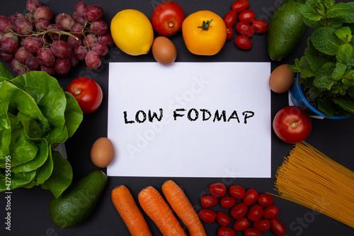 Flat lay, mockup, biała kartka z tekstem low FODMAP otoczona warzywami i owocami, zdrowa dieta i odżywianie