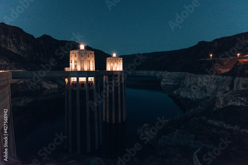 Photo Night view of the famous Hoover Dam at Nevada