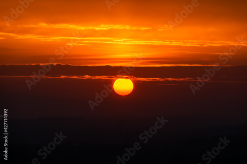 Canvas Print Golden sunset with the amber sun at the horizon