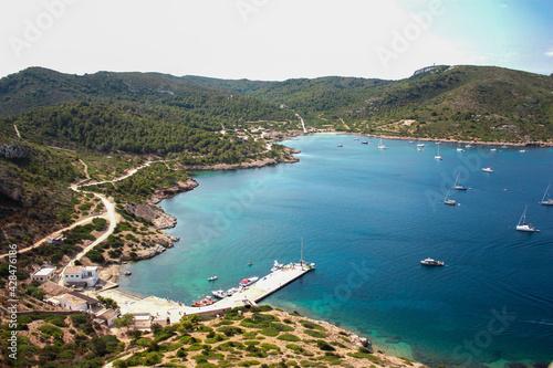 Fotografie, Tablou Bahia de Cabrera, mar calmado un día de verano con varios barcos y pequeñas mont