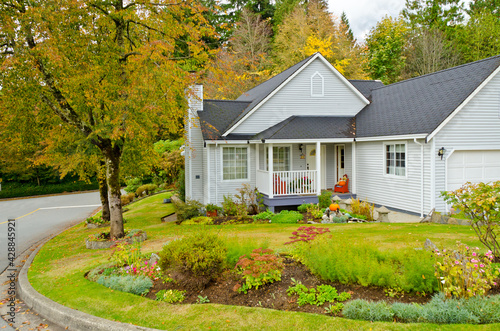 Foto Fragment of a nice house with gorgeous outdoor landscape in Vancouver, Canada