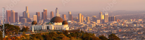 Obraz na plátně Panorama of Griffith Observatory at sunset with the Los Angeles skyline in the background