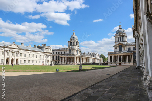 Photo Wonderful Greenwich naval university building, photographed during hot, summer d
