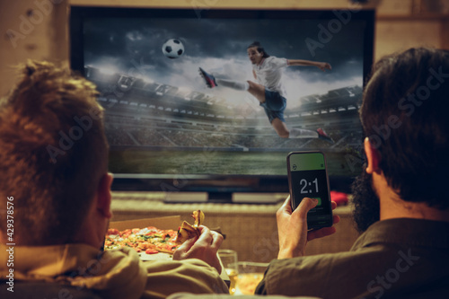 Foto Men with betting application in phone