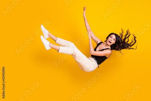 Foto Full length body size photo of woman wearing casual clothes falling down isolate