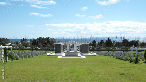 Foto Μilitary park cemetery in Alimos district in remembrance of British troops that