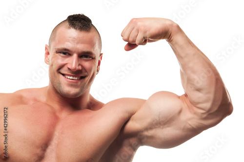 Smiling bodybuilder flexing arm Fotobehang