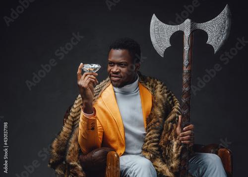 Fotografie, Obraz Bizarre african guy with huge axe and diamond