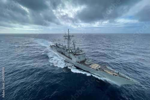 Photo military us navy ship sailing in the ocean during nato operation