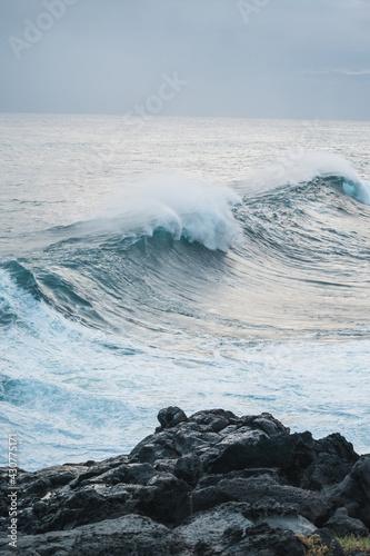 Fotomural Great wave of Kanagawa and black rocks