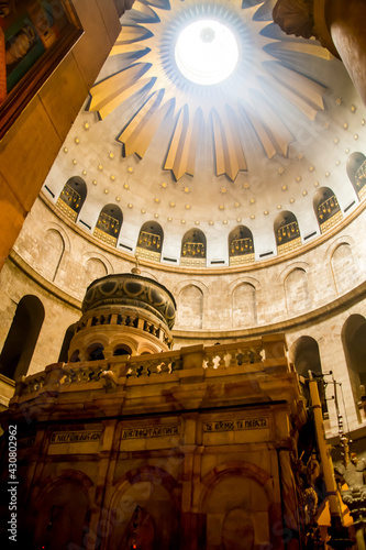 Fotografia Jerusalem, Israel - 21 april 2021: In the Church of the Holy Sepulcher, the dome