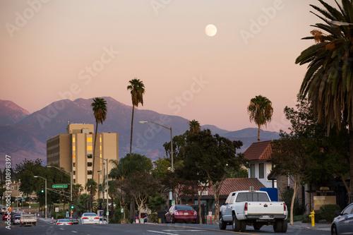 Fotografiet Twilight sunset view of the skyline of downtown San Bernardino, California, USA