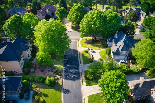 Photo Top down view of beautiful houses in an upscale subdivision in suburbs of USA