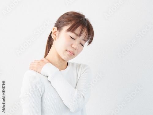肩こりに悩むアジア人女性 Fotobehang