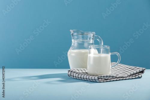 Fotografia Fresh milk for breakfast in the sunshine on a blue background