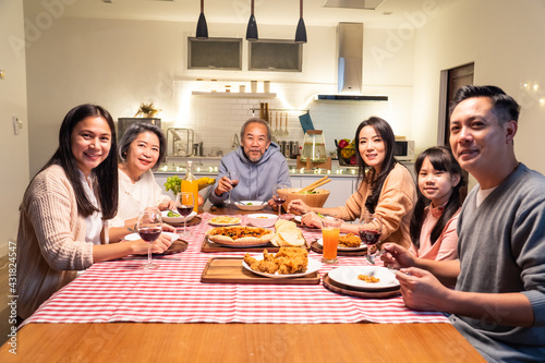 Photo Portrait of Asian big family having dinner party in the kitchen.
