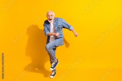Foto Full length photo of hooray funny grey beard old man dance wear shirt isolated o
