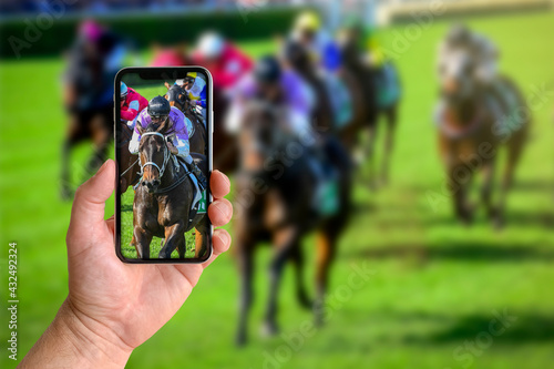 Fotografiet Man taking photo of horse racing