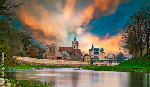 Foto medieval castle by the river in a small European town
