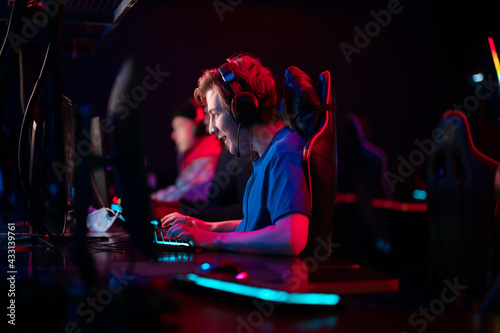 Obraz na plátně An online strategy tournament for esports players in the cyber games arena