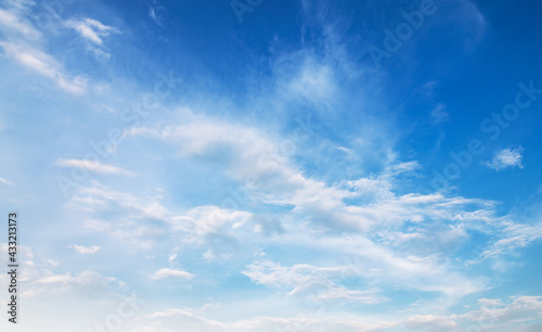 Foto panorama blue sky background with white cloud