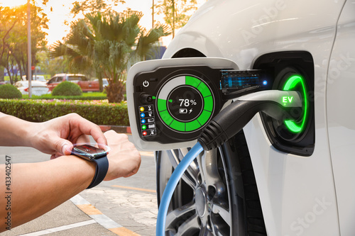 Electric vehicle changing on street parking with graphical user interface synchr Fototapete