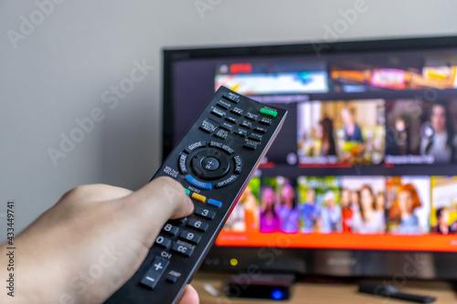 Photo Ligando televisão com controle remoto.
