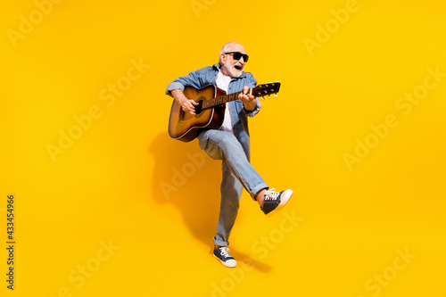 Photo Full length photo of cool happy positive old man dance hold guitar wear sunglass