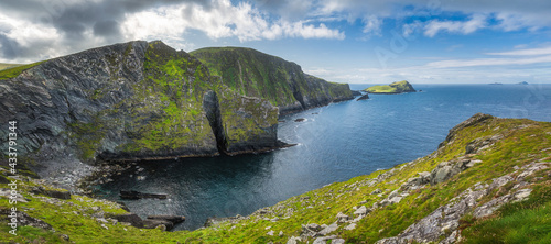 Foto Large panorama with tall Kerry Cliffs and a view on Skellig Michael island where