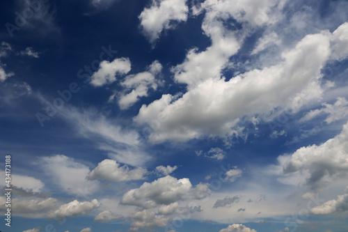 Białe chmury na niebie koloru niebieskiego.