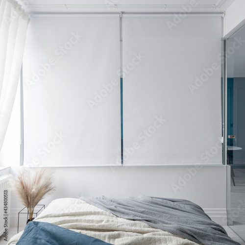 Bedroom with white window blinds Fototapet