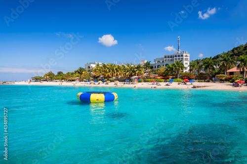 Fotografia Caribbean Sunny beach and turquoise sea in Montego Bay, Jamaica island