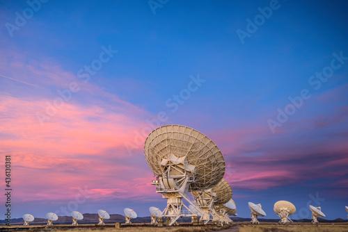 Fotografía Satellite antenna array at dusk