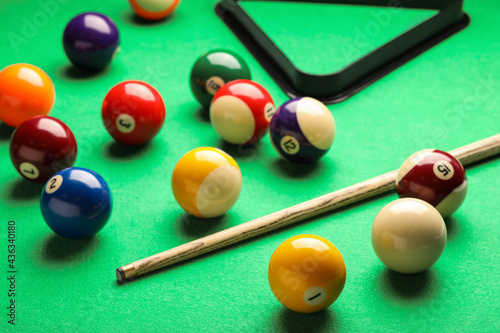 Fototapeta Many colorful billiard balls and cue on green table
