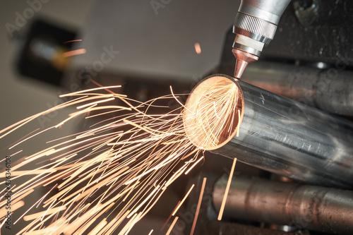 Fiber laser tube cutting machine. metal pipe cutting with sparks Tapéta, Fotótapéta