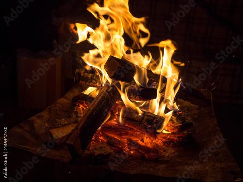 Photo 夜に燃えるこころあたたまるキャンプ場の焚火