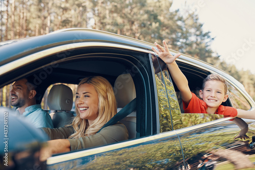 Photo Young beautiful family with little boy having fun and smiling while driving in t