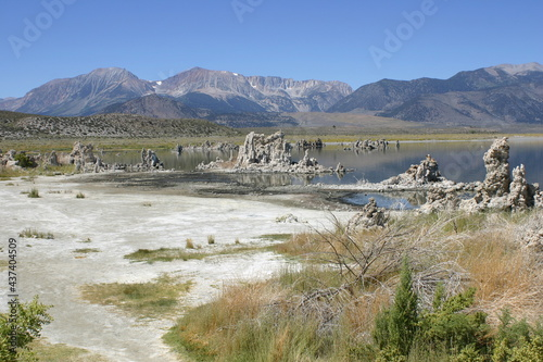 Fotografia Overview of Mono Lake California with Tufa Formations and Mountains in the Backg
