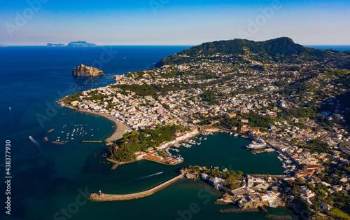 Fotografia Il comune di Ischia con il suo porto
