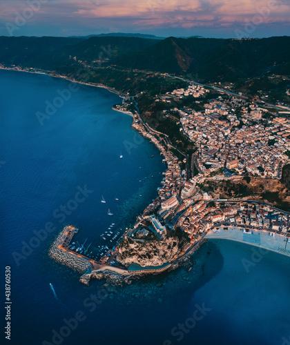 Photo Scilla, città in Calabria vista aerea sul mare
