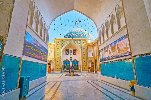 Платно The way to Imam Zadeh Jafar Shrine, Yazd, Iran