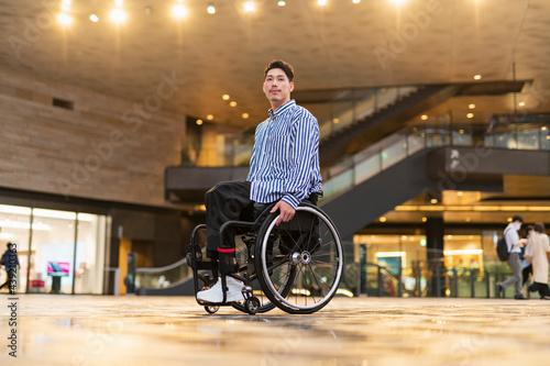 Canvastavla 車椅子で出かける男性