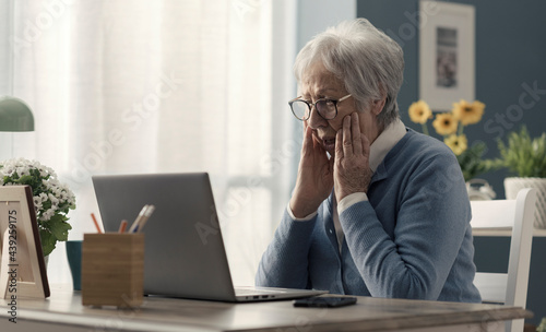 Foto Senior woman struggling with technology