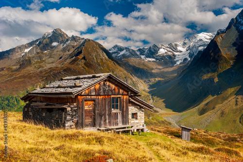 panoramic mountain range with wooden hut Fototapet