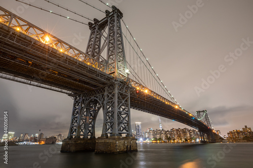 Tela View of the Brooklyn, Manhattan and Williamsburg Bridge at night