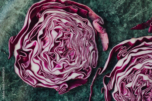 Foto sliced red cabbage on a green table